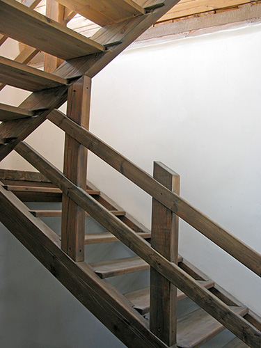Изготовление лестниц из дерева на второй этаж в частном доме.