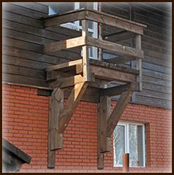 Подвесные деревянные балконы.