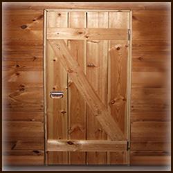 Деревянная дверь в избу. Стилизация. Старинная дверь.