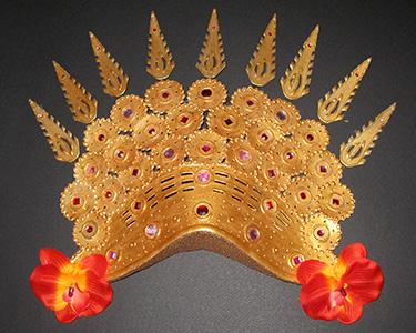 Муляж, бутафория золотые украшения.